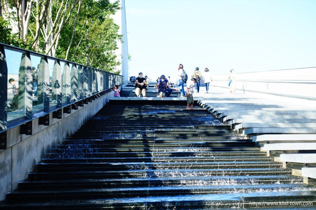 グリーンスプリングス 120mの巨大な水階段のカスケードが子供も大人も水遊びOK!